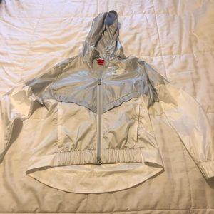 Nike women's wind runner jacket in silver/white